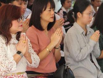 瑞嘉普大学在崇圣楼举行斋僧行善活动